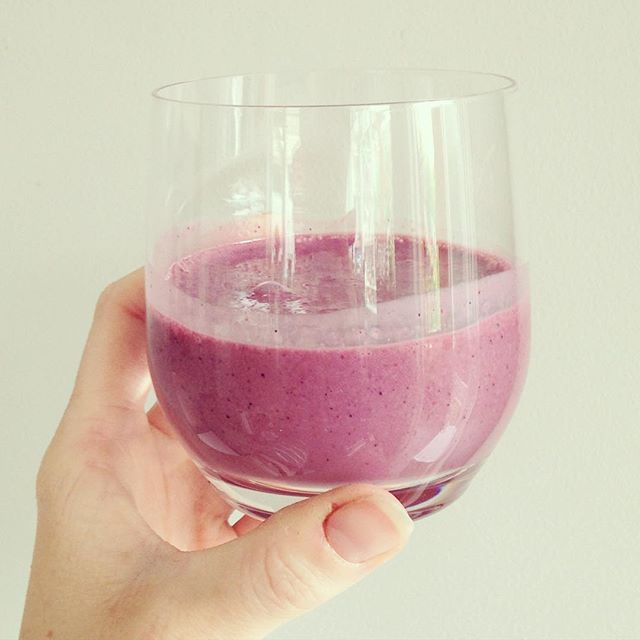 Oat, yoghurt, berry and matcha smoothie